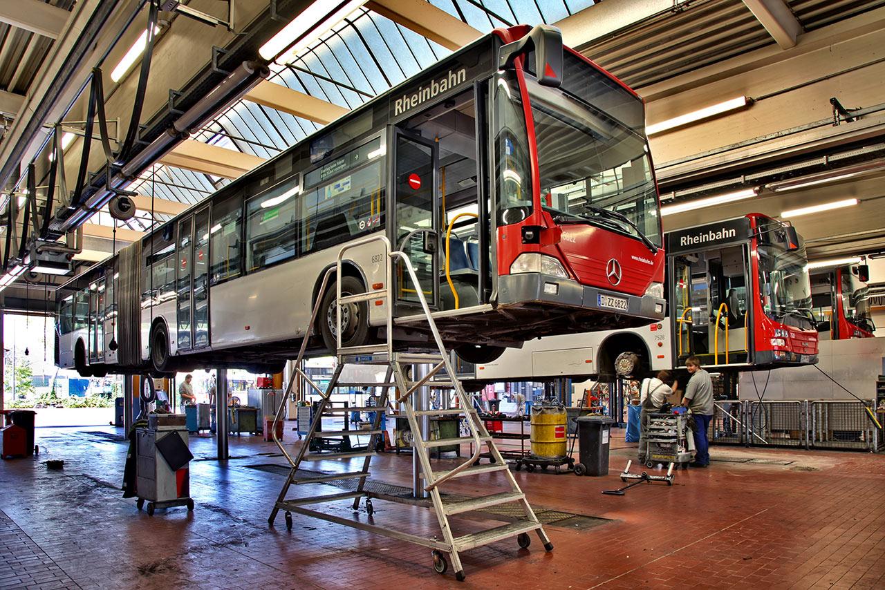 Sowohl Busse als auch Bahnen wiegen zwischen 9 und 39 Tonnen – ein Bus bringt also ein Gewicht von ein bis drei Elefanten auf die Waage – je nach Bauart. Damit die Werkstatt-Mitarbeiter auch unter und auf den Fahrzeugen alles genau kontrollieren können, gibt es spezielle Hilfsmittel – zum Beispiel zwei Meter tiefe GRUBEN. Sie ermöglichen es, auch unter den Fahrzeugen zu arbeiten. Mithilfe von Hebebühnen bzw. ELEFANTENFÜSSEN lassen sich die tonnenschweren Busse und Bahnen problemlos anheben. Häufig müssen die Mitarbeiter auch auf dem Dach der Fahrzeuge arbeiten, denn auch dort ist jede Menge Technik eingebaut. Für solche Arbeiten gibt es in den Werkstätten der Rheinbahn mehr als 3 Meter hohe Gerüste.