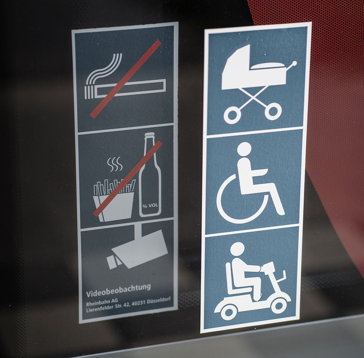 An den Türen aller Busse und Bahnen sind solche Bilder, also Piktogramme. Die zeigen an, wer alles in diesen Fahrzeugen ohne Probleme mitfahren kann. In diesem Fall: Menschen mit Kinderwagen, Rollstühlen und Elektro-Mobilen.