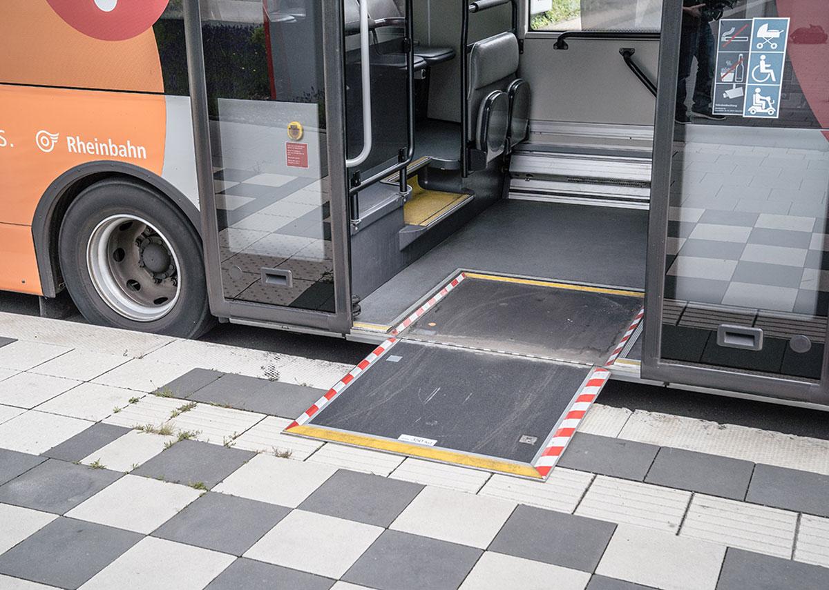 Das ist auch wichtig an Bus-Haltestellen. Hier gibt es oft Bordsteine. Deswegen haben die Busse Rampen. Die dürfen nur vom Personal der Rheinbahn ausgeklappt werden. Mit den Rampen können Menschen mit Rollatoren oder Elektro-Mobilen sicher in den Bus fahren.