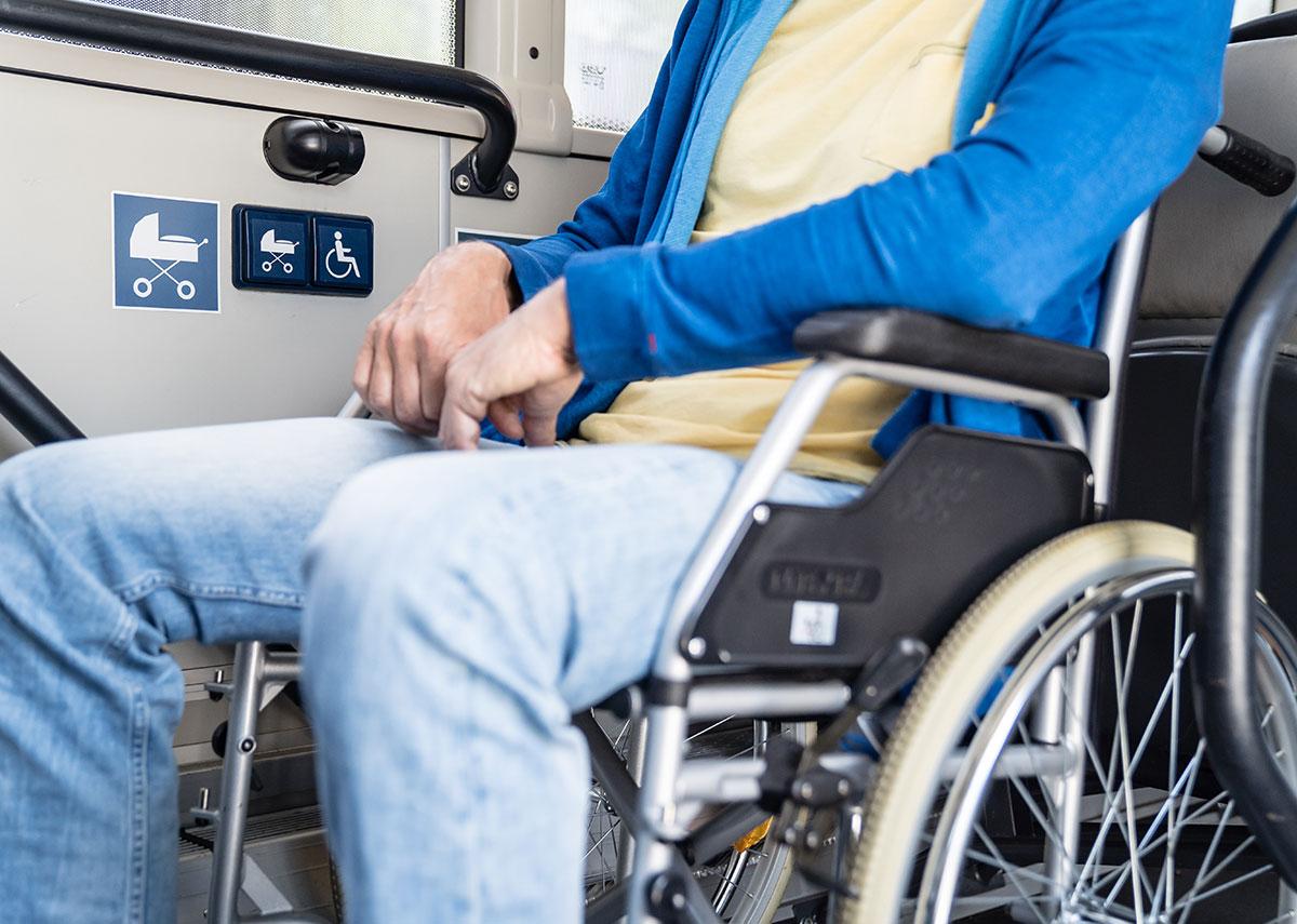 Die Klappsitze an der Abstellfläche kann natürlich jeder nutzen. Kommt aber jemand, der die Abstellfläche braucht, muss der Klappsitz freigemacht werden. So wie der Mann im Rollstuhl auf dem Bild sitzt, ist es auch am sichersten, denn: Er fährt rückwärts und kann bei einer Bremsung nicht umkippen, weil er von der Lehne der Klappsitze aufgefangen wird.